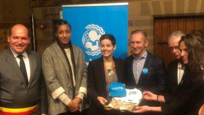 Manneken Pis viert samen met Helmut Lotti en Nafi Thiam 30 jaar kinderrechtenverdrag met Unicef-kostuum