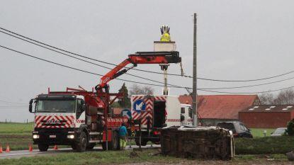 Bestelwagen rijdt tegen elektriciteitspaal en belandt op zijkant