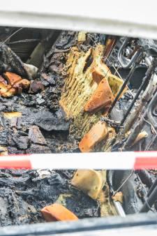 Geparkeerde auto brandt uit in Giesbeek