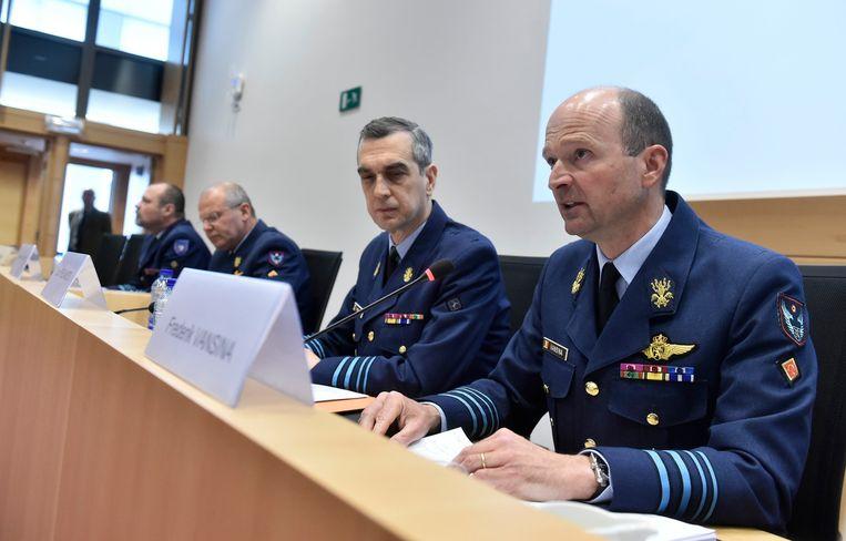 Generaal-majoor Frederik Vansina naast verschillende van zijn collega's in de Commissie voor Landsverdediging deze namiddag.
