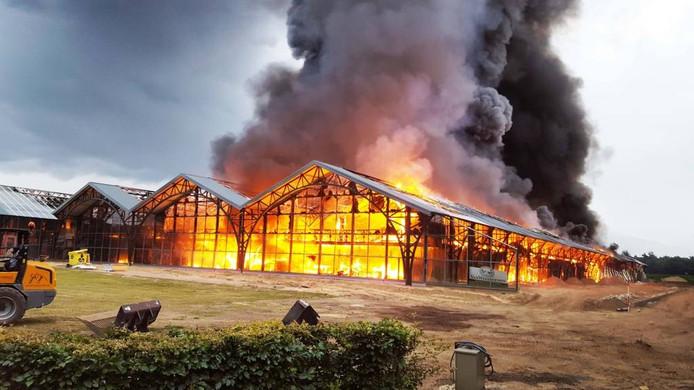 Woensdagochtend: een verwoestende vlammenzee legt het pand van Fonteyn in de as.