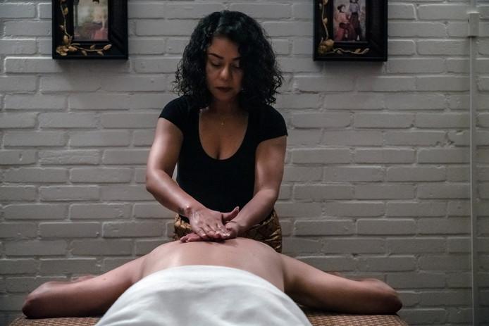 Suthita Rossukhom aan het werk in salon Bhaipho Thai Massage.