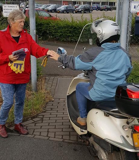 SP-actie aan de poort bij Philips Winterswijk: 'Wij willen werk, geen armoede'