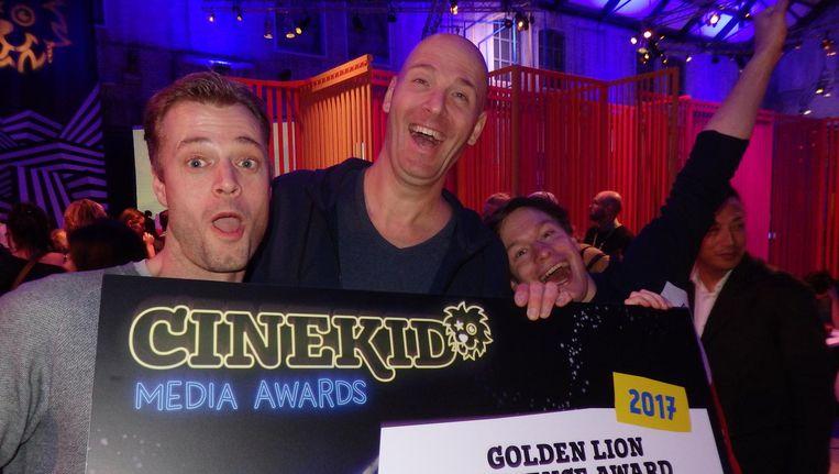 Rugzakjes af, en dan op de foto: Gijs ten Cate, René van Engelenburg en Tim Meijerink (Dropstuff), winnaar van de publieksprijs, met 'The Fair Ground Bananza!' Beeld Schuim
