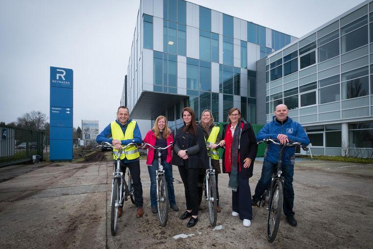 Enkele fietsende werknemers van Reynaers Aluminium.