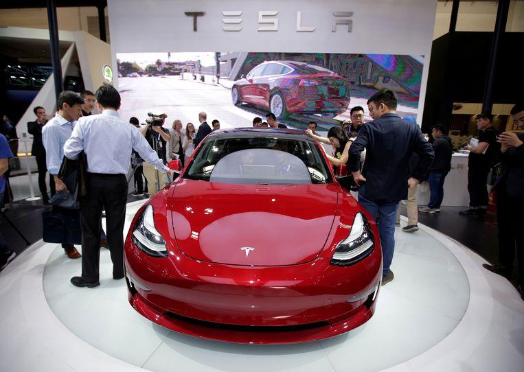 Tesla Model 3. Tesla ging vanmorgen meer dan 9 procent onderuit. Het bedrijf leverde in het vierde kwartaal iets minder auto's af dan door analisten werd verwacht.