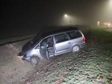 Auto rijdt in de sloot bij Westdorpe, bestuurder gewond