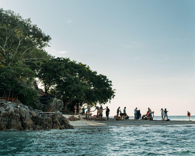 Twee kleine eilandjes zijn verbonden met een smalle zandstrook die bij vloed onder water komt te staan.  Beeld Rebecca Fertinel