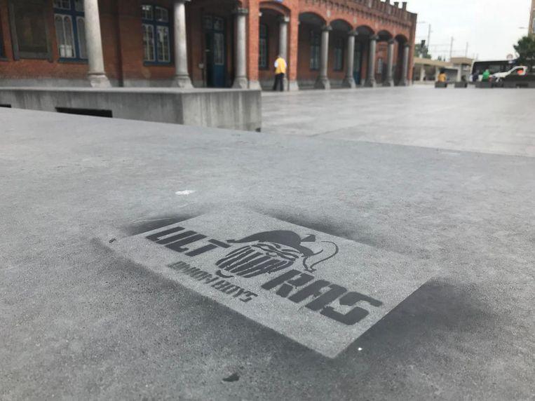 Diezelfde graffiti is terug te vinden aan het station.