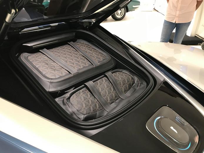 Geen dikke motor, maar een op maat gemaakte kofferset achterin de Battista