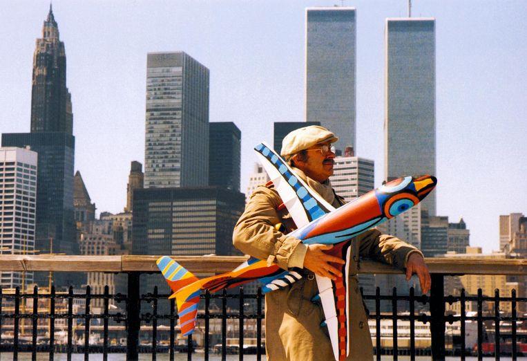 Karel Appel in New York met beschilderd model van de Fokker F100, begin jaren tachtig. Beeld Nico Koster