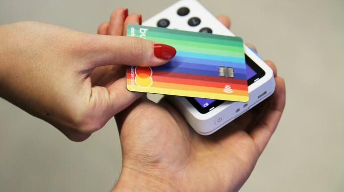 Een bankpas van Bunq in de kleuren van de regenboog