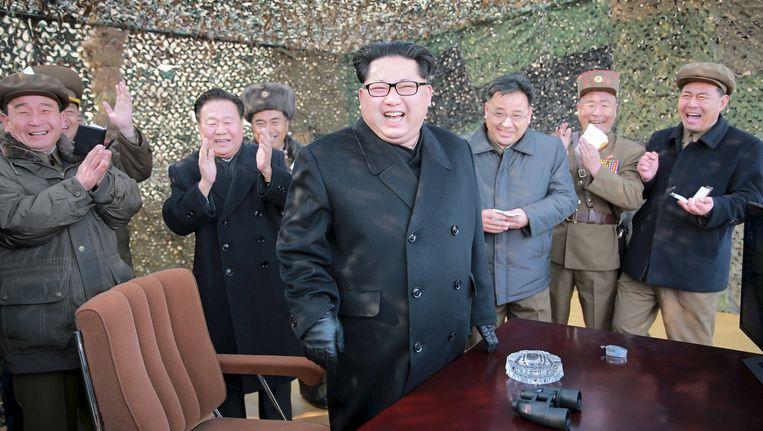 De Noord-Koreaanse leider Kim Jong-un tijdens de test van een raketsysteem. Beeld reuters