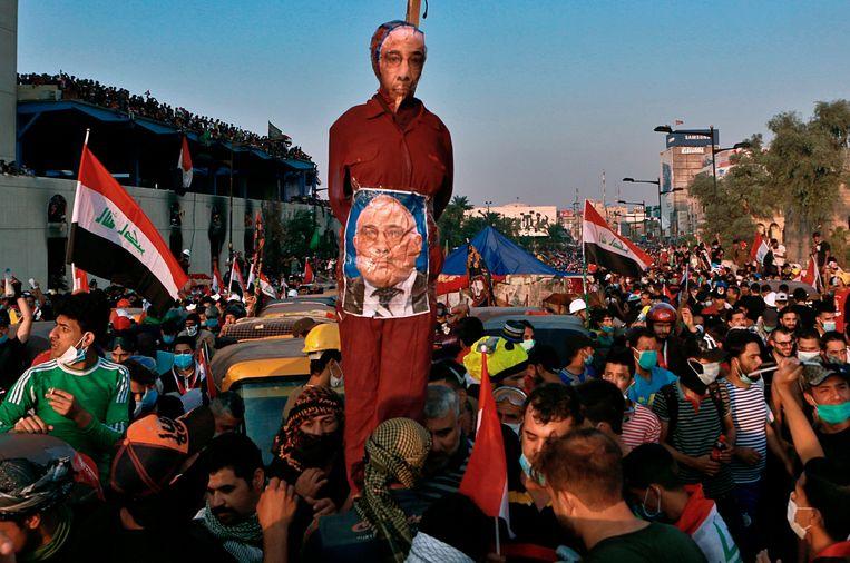 Demonstranten dragen een pop die premier Mahdi moet voorstellen.  Beeld null