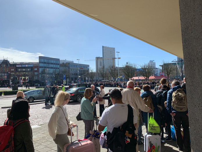 Een enorme rij bij station Eindhoven.