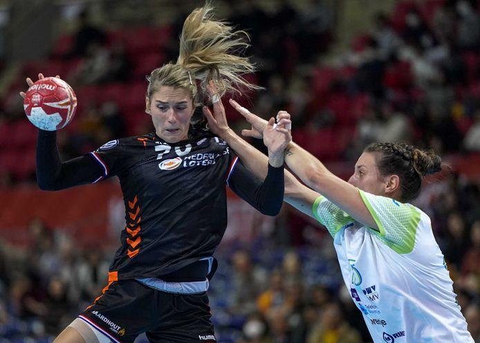 Estavana Polman in actie tegen Slovenië zaterdag. Vandaag (07.00 uur) wacht de tweede poulewedstrijd tegen Angola.