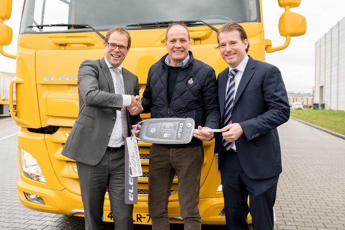 President Harry Wolters van DAF Trucks, Jumbo-topman Frits van Eerd en president-directeur Willem van der Leegte van VDL (van links naar rechts) bij de overhandiging van de elektrische truck.