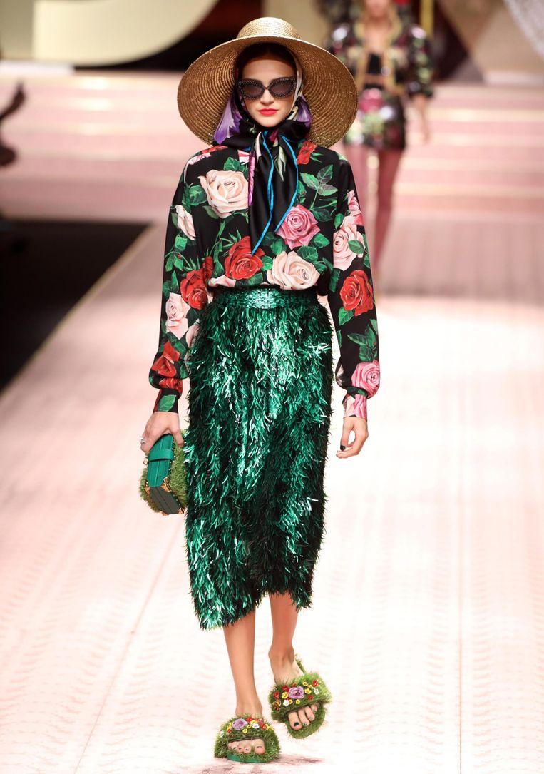 Een bloemenblouse met glitterende rok onder.