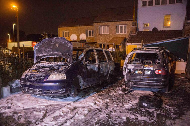 De twee uitgebrande auto's. Het getroffen gezin is van Turkse origine en zegt de afgelopen weken al meermaals geconfronteerd te zijn geweest met vandalisme.