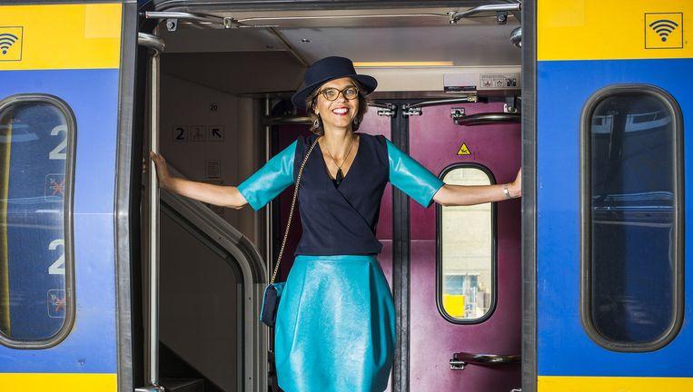 Dik-Faber in haar jurk van oude treinbankenbekleding. Beeld Jiri Buller