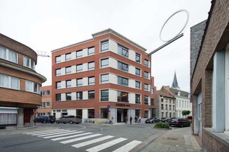 Hotel Elisabeth op de hoek van de Goswin de Stassartstraat en de Van Hoeystraat. De lichtgevende cirkel is een overblijfsel van de kunstexpo ContourLight uit 2009.