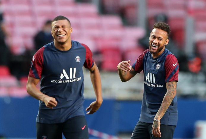 Kylian Mbappe lacht met Neymar daags voor de Champions League-finale.