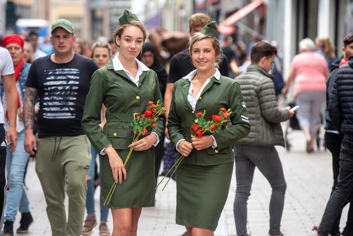 De gastvrouwen Jill Wind (en Tamara de die le Clerq tonen hun mantelpakjes in de sfeer van de jaren veertig in het stadshart van Arnhem.  Ze gaan in september in het centrum het publiek wegwijs maken in het uitgebreide programma rond de herdenking van de Slag om Arnhem.