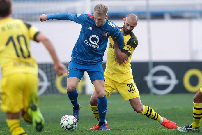 Nicolai Jørgensen schermt de bal af voor Ömer Toprak.