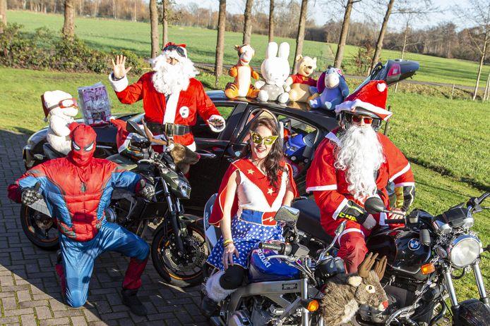 Jan Willem van der Horst en enkele andere motorrijders verkleed als kerstman en superhelden op hun motoren. Ze hebben al cadeau's bij zich. vlnr Jan Willem van der Horst, Maurizio, Emmelin Koudijs en Nils van der Poel.