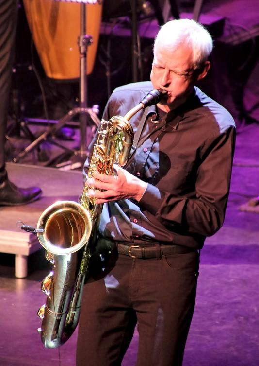 Ton van de Geijn tijdens jazzy muziekstuk van Grande Finale in De Kring. Foto Leo de Jaeger / Roosendaal 750 jaar