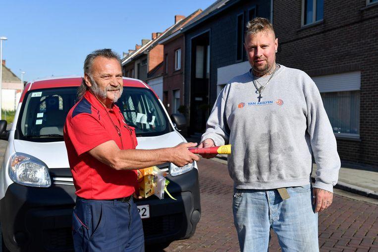 Postbode Hugo Huybrecht krijgt een cadeautje van buurtbewoner Jurgen Rosseels.