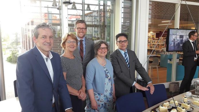 Het beoogde nieuwe college van Rhenen dat 29 mei aantreedt: burgemeester Hans van der Pas met de wethouders Simone Veldboer (PCR), Hans Boerkamp (D66), Jolanda de Heer (CU) en Peter de Rooij (SGP)