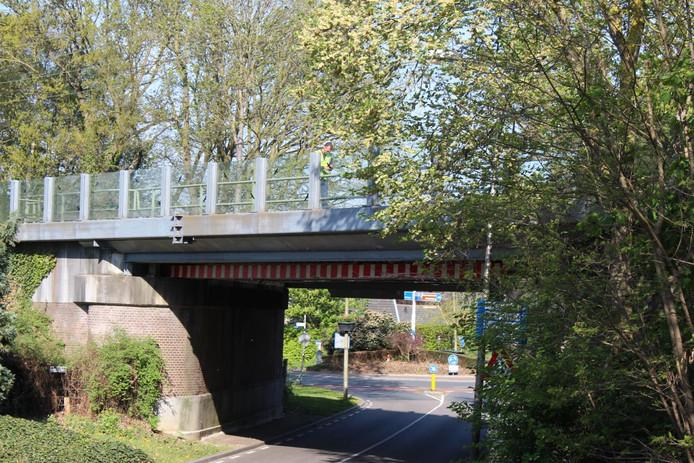 De spoorbrug in Holten waar eind april een vrachtwagen tegenaan reed.