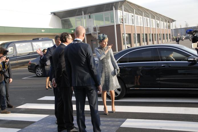 Koningin Mathilde week af van de planning en wilde bij aankomst de toeschouwers begroeten.