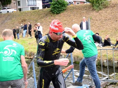 Evert Scheltinga uit Arnhem kansloos op chaotisch NK triatlon na 'penalty' voor stayeren