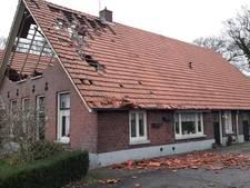 Sierlijsten waaien van gemeentehuis Almelo, ook Grote Kerk beschadigd