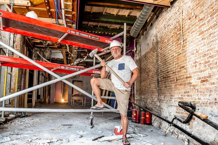 Horecaondernemer Ton Vergeer hanteert de sloophamer in het voormalige pand van Tof aan de Goudse Markt waar binnenkort biercafé BarBier de deuren zal openen.