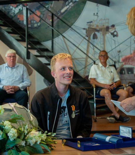 Bijzondere dapperheidsmedaille voor Ruben Zeeman (21) die scootmobieler uit haven Urk redde