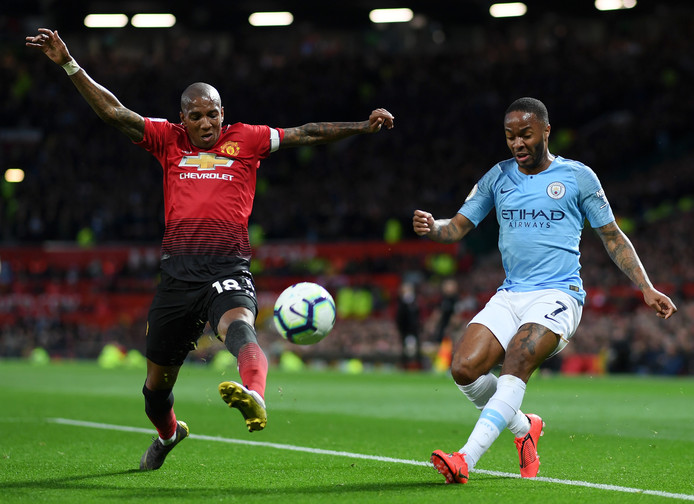 Raheem Sterling (r) in duel met Ashley Young tijdens de derby tegen Manchester United.