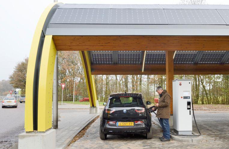 Een automobilist laadt zijn elektrische auto bij het eerste snellaadstation van het land, van het Amsterdamse bedrijf Fastned. Beeld ANP