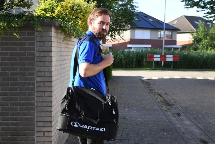 Kevin van der Kaaij van Gudok op weg naar zijn laatste training van het seizoen op de velden van Gudok in de Reeshof.