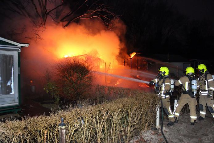 De brandweer probeert het vuur op het vakantiepark in Oostvoorne onder controle te krijgen.