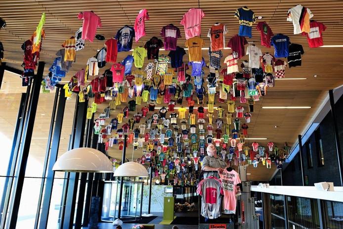 Henk Theuns tussen de shirts, die hem allemaal even lief zijn. De hele maand september exposeert hij een groot deel van zijn verzameling in het Rucphense gemeentehuis. foto PETER VAN TRIJEN/PIX4PROFs