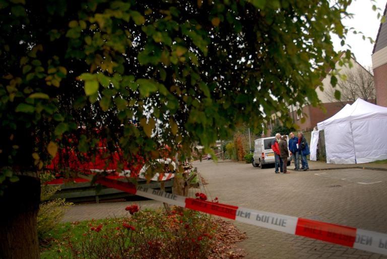 De politie heeft het gebied rond de woning van het slachtoffer afgezet. foto Mariska Hofman