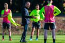 Edward Sturing (midden) geeft uitleg op de training van Vitesse.