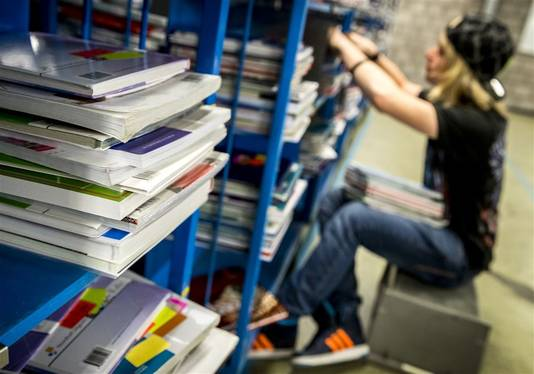 Het innemen van schoolboeken was tot voor kort goed voor veel vakantiewerk.