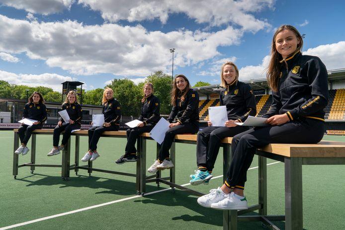Ondertekening van hockeycontracten voor dames 1. Pleun van der Plas, Imme van der Hoek, Margot van Geffen, Lidewij Welten, Frederique Matla, Irene van den Assem en Emmeliene Oonk.