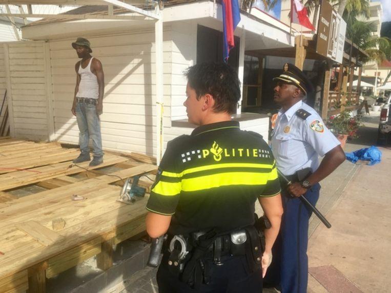 Nederlandse agente aan het werk op Sint-Maarten Beeld RV