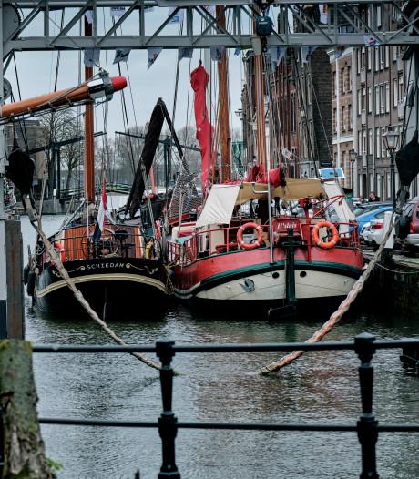 Oude schepen meren af tussen de eeuwenoude panden van de Dordtse haven