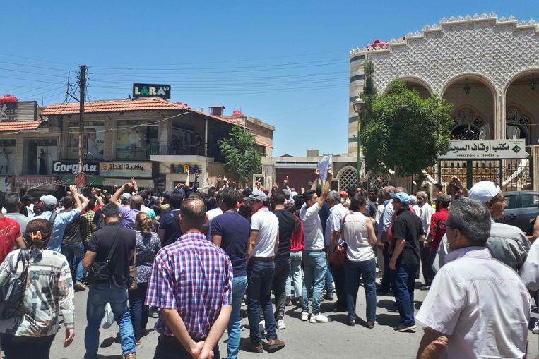 Syriërs in Suwaida protesteren tegen de verslechterende economie en corruptie.  Beeld AFP